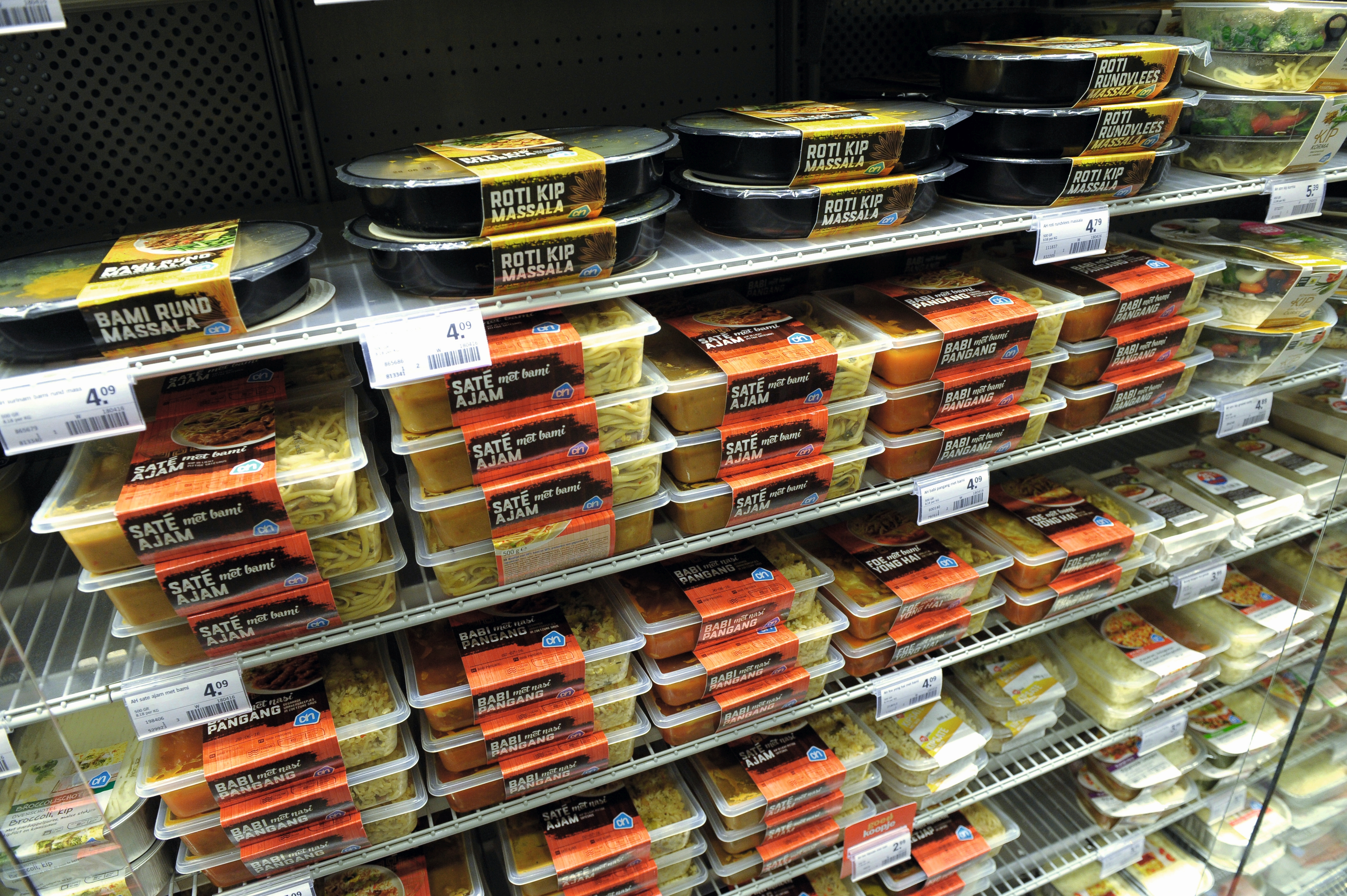 Foto-opdracht 1866 t.b.v. Food Magazine Robin Kuit ass. supermarkt manager bij de kant en klaar maaltijden Albert Heijn Amstelveen. Archief nr. 161088