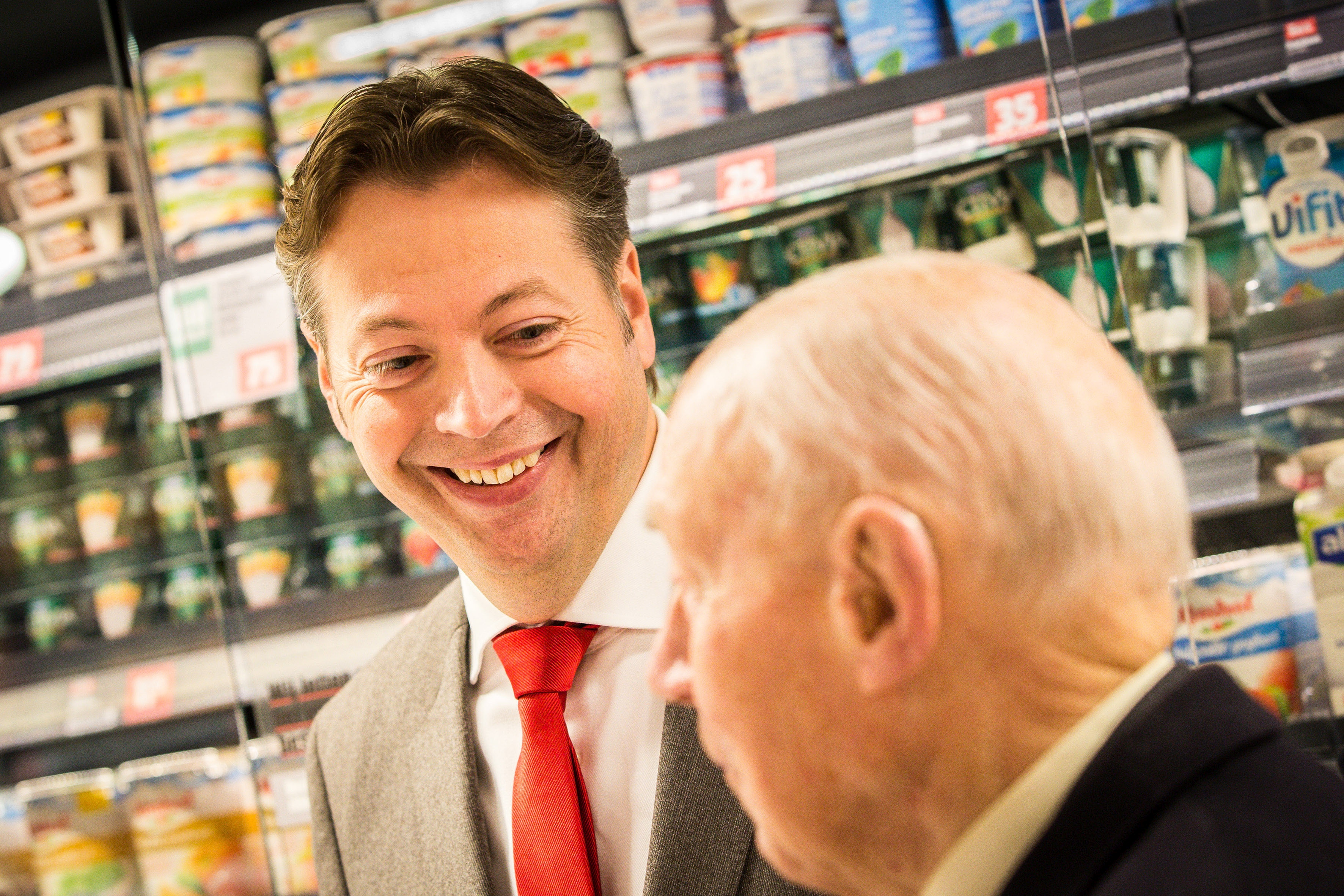 Marcel Huizing op de openingsdag van de Dirk aan de Warmoesstraat in gesprek met Dirk van den Broek senior, de 92-jarige oprichter van de supermarktketen. Foto: Diederik van der Laan.