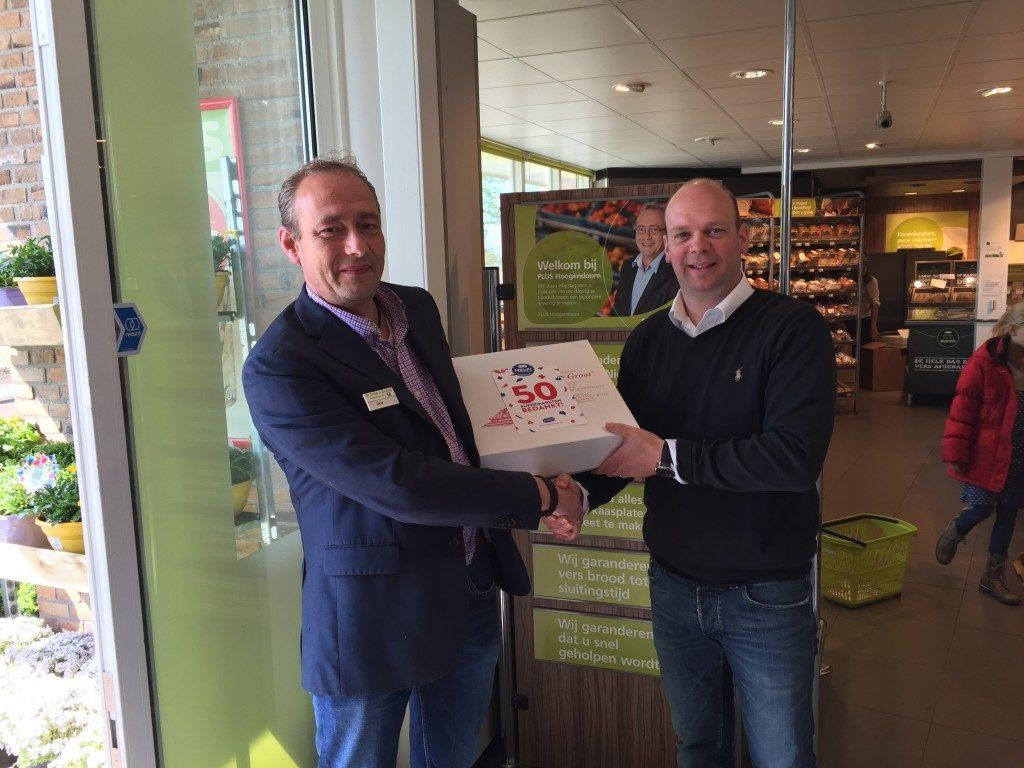 August de Vocht (r) met Plus-ondernemer Dick Hoogendoorn.
